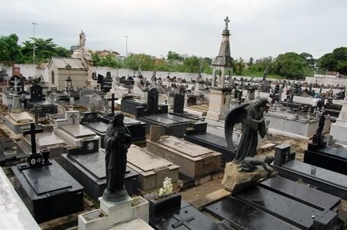 vista interna das lápides do cemitério do caju